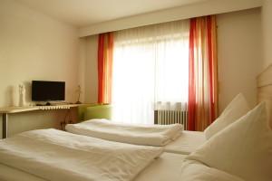 Doppelzimmer mit moderner Einrichtung